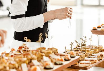 Вземете 25 броя брускети с орехи, синьо сирене и ементал или моцарела, песто и домати от H&D catering, София! - Снимка