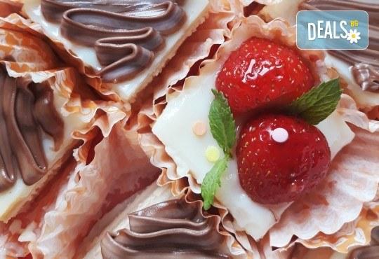 Сладко изкушение! 30 броя тортички със сметана и пресни плодове в кутия от My Style Event! - Снимка 2