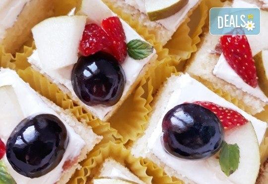 Сладко изкушение! 30 броя тортички със сметана и пресни плодове в кутия от My Style Event! - Снимка 3
