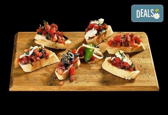 Свежо предложение! 25 броя брускети с конкасе от домати, риган, моцарела и пармезан от H&D catering! - Снимка 1
