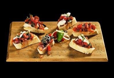 Свежо предложение! 25 броя брускети с конкасе от домати, риган, моцарела и пармезан от H&D catering! - Снимка