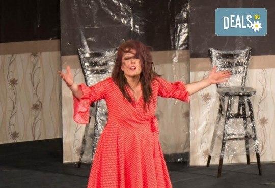 Щура комедия с Милица Гладнишка! Гледайте Брачни безумия на 11.10. от 19ч. в Театър Сълза и Смях, билет за един - Снимка 5