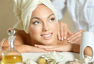 Спокойствие и релакс за тялото! Класически, релаксиращ или болкоуспокояващ масаж с био масла на цяло тяло и бонус: масаж на глава в салон Женско Царство! - Снимка