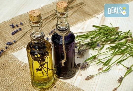 Отпуснете се с 60-минутен ароматерапевтичен масаж на цяло тяло, с масла от лавандула и бонус: масаж на ходила в Женско Царство! - Снимка 4