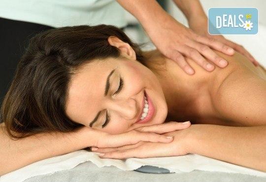 Облекчете болките и се почуваствайте като нови! 45-минутен лечебен, болкоуспокояващ масаж на гръб в Женско Царство! - Снимка 1