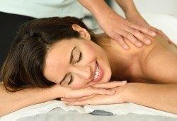 Облекчете болките и се почуваствайте като нови! 45-минутен лечебен, болкоуспокояващ масаж на гръб в Женско Царство! - Снимка