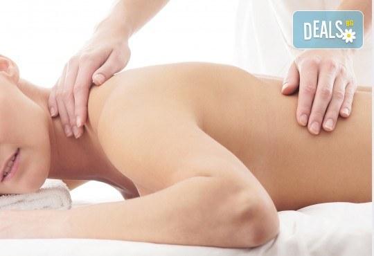 Облекчете болките и се почуваствайте като нови! 45-минутен лечебен, болкоуспокояващ масаж на гръб в Женско Царство! - Снимка 4