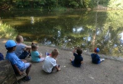 Седмичен целодневен престой за деца от 2 до 6г. с много игри и уроци по английски език в частна детска градина В парка! - Снимка