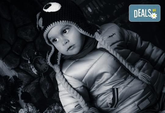 Красив подарък за цялото семейство! Направете си коледна семейна фотосесия с неограничен брой обработени кадри от Pandzherov Photography! - Снимка 15