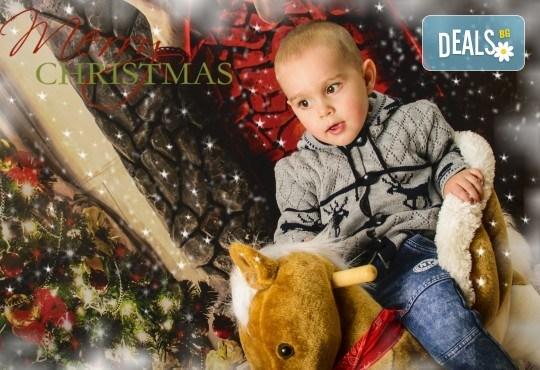 Красив подарък за цялото семейство! Направете си коледна семейна фотосесия с неограничен брой обработени кадри от Pandzherov Photography! - Снимка 2