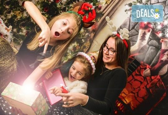 Красив подарък за цялото семейство! Направете си коледна семейна фотосесия с неограничен брой обработени кадри от Pandzherov Photography! - Снимка 1
