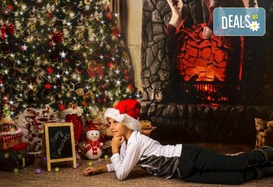 Красив подарък за цялото семейство! Направете си коледна семейна фотосесия с неограничен брой обработени кадри от Pandzherov Photography! - Снимка 11