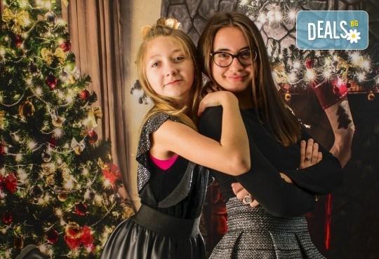 Красив подарък за цялото семейство! Направете си коледна семейна фотосесия с неограничен брой обработени кадри от Pandzherov Photography! - Снимка 13