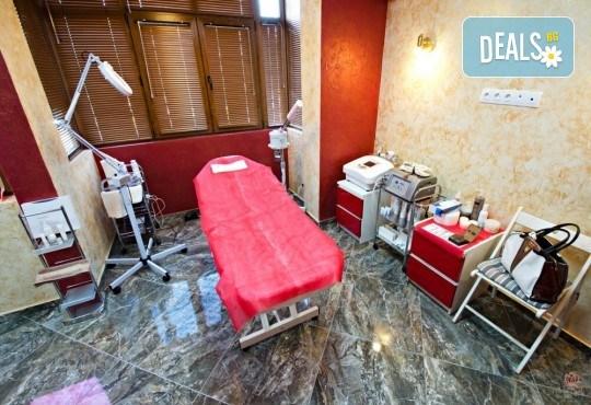 Подстригване, масажно измиване с кератинов шампоан Colorcare, възстановяваща терапия и оформяне със сешоар в студио за красота Secret Vision - Снимка 6