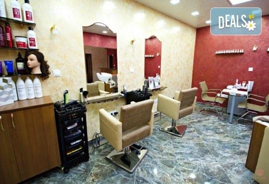 Подстригване, масажно измиване с кератинов шампоан Colorcare, възстановяваща терапия и оформяне със сешоар в студио за красота Secret Vision - Снимка 5