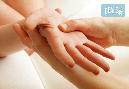 Поглезете се! Класически масаж на лице, шия и деколте с пилинг и маска с натурални продукти и СПА процедура за ръце в Студио за здраве и красота Оренда! - Снимка 2