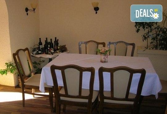 Купон по сръбски за Нова година в Бела паланка! Празнична вечеря в Кafana Vozd с жива музика и неограничена консумация на алкохолни и безалкохолни напитки и транспорт! - Снимка 4