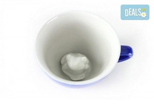 Направете подарък на себе си или на близък човек - ефектна синя керамична чаша с жаба в нея! - Снимка 3