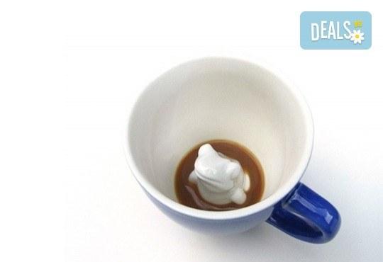 Ефектна керамична синя чаша с жаба в нея