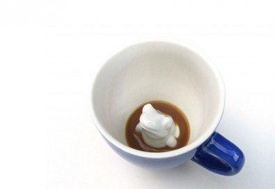 Направете подарък на себе си или на близък човек - ефектна синя керамична чаша с жаба в нея! - Снимка