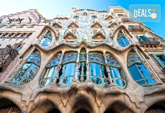 Новогодишна фиеста в Барселона с Trips2go! 5 нощувки със закуски хотел 4*, самолетен билет, трансфери, панорамни обиколки! - Снимка 3