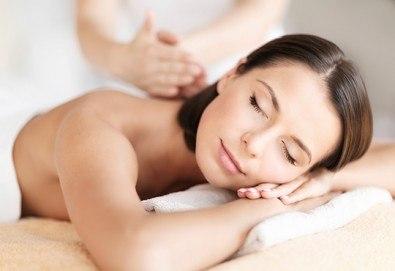 Класически, релаксиращ, спортен или точков масаж на цяло тяло с масажни масла в Масажно Студио Relax! - Снимка