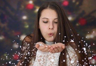 Красиви мигове с цялото семейство! Коледна семейна фотосесия с 10, 15 или 30 обработени кадъра от фотограф Андрей Джамбазов! - Снимка