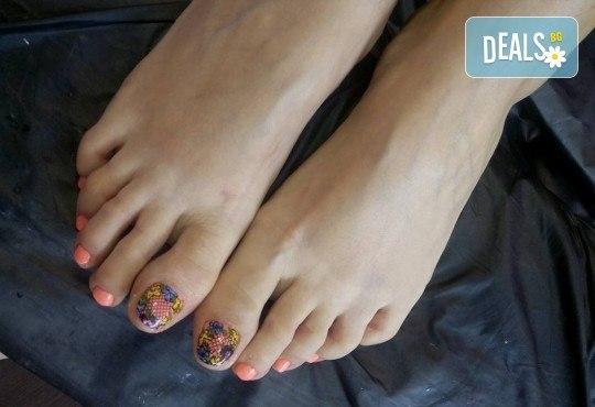 Перфектен педикюр със страхотен цвят O.P.I. и релаксираща масажна терапия на ходилата в Салон Мечта! - Снимка 4