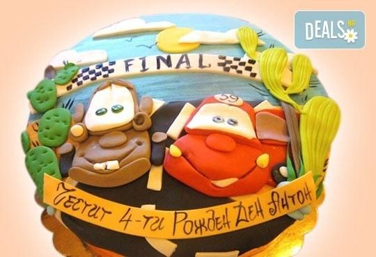 За момчета! Детска торта за момчета с коли и герои от филмчета с ръчно моделирана декорация от Сладкарница Джорджо Джани - Снимка 4