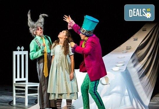 На театър с децата! Гледайте Алиса в страната на чудесата на 10.11. от 11 ч. в Младежки театър, голяма сцена! 1 билет - Снимка 4