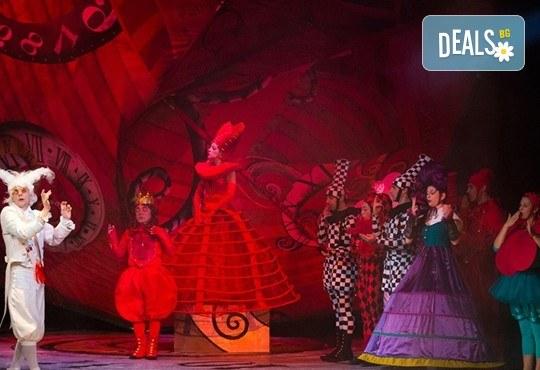 На театър с децата! Гледайте Алиса в страната на чудесата на 10.11. от 11 ч. в Младежки театър, голяма сцена! 1 билет - Снимка 5