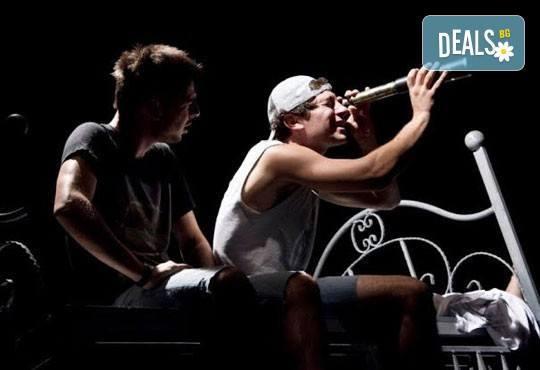 """Гледайте """"Пилето"""" на 10.11. от 19 ч, в Младежки театър, камерна зала, спектакъл с Награда """"Аскеер 2016"""" за Изгряваща звезда на Александър Хаджиангелов! - Снимка 3"""