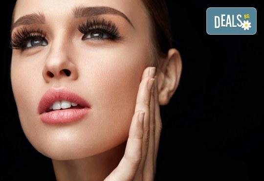 Поставяне на диамантени мигли със смола по технология косъм по косъм в студио за красота М! - Снимка 3