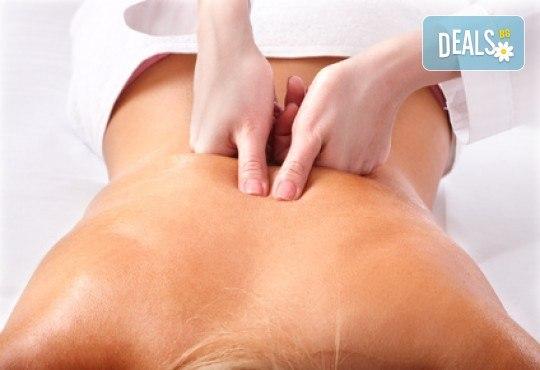 Здраве в обедната почивка! Оздравителен масаж на гръб и масажна яка при спа терапевт с лечебни билкови масла в Спа център Senses Massage & Recreation! - Снимка 2