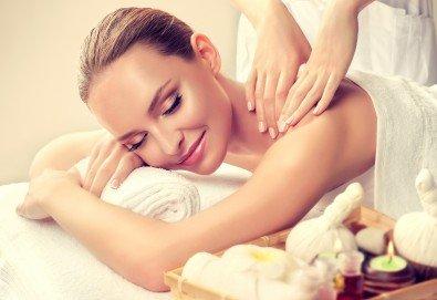Здраве и регенериране! Оздравителен масаж на гръб и масажна яка при спа терапевт с лечебни билкови масла в Спа център Senses Massage & Recreation! - Снимка
