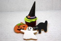 Комплект от хелоуински сладкиши - 3 меденки и 1 къпкейк със специална декорация от Сладкарница Сладост! - Снимка