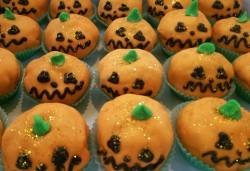 Шоколадов сладкиш покрит с фондан във формата на хелоуинска тиква - 4 или 8 броя, от Сладкарница Сладост! - Снимка