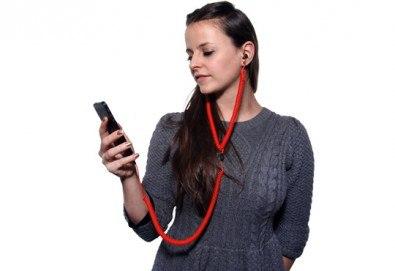 Назад във времето със забавни и нестандартни червени слушалки за мобилен телефон! - Снимка