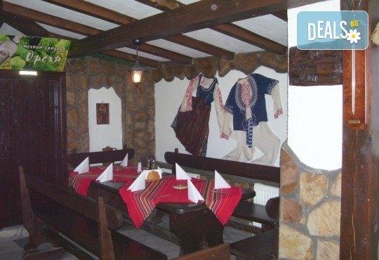 Незабравим Студентски празник! Празнична вечеря в механа Ореха в центъра на Банско с храна, напитки и жива музика! - Снимка 4