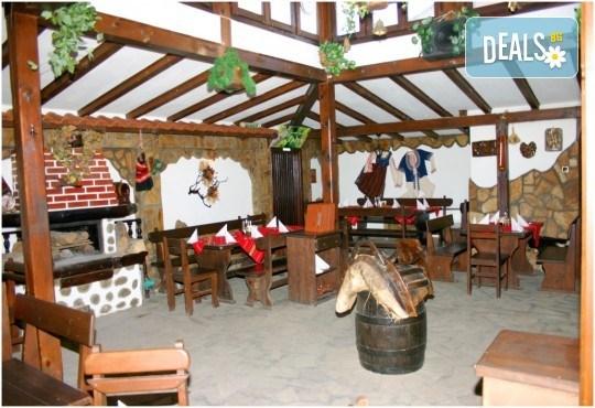 Незабравим Студентски празник! Празнична вечеря в механа Ореха в центъра на Банско с храна, напитки и жива музика! - Снимка 5