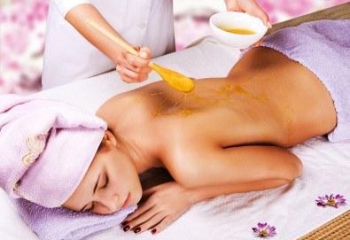 60-минутен детоксикиращ масаж и пилинг на цяло тяло с мед във Фризьорски салон Moataz Style! - Снимка