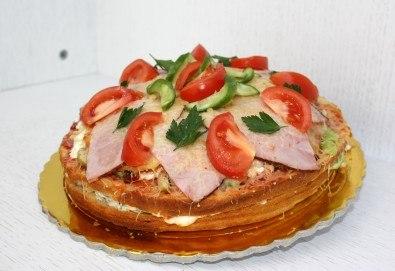 Нестандартно изкушение за цялото семейство! Разкошна солена торта с шунка, кашкавал, маслини, млечен сос, домати и краставици от Сладкарница Сладост! - Снимка