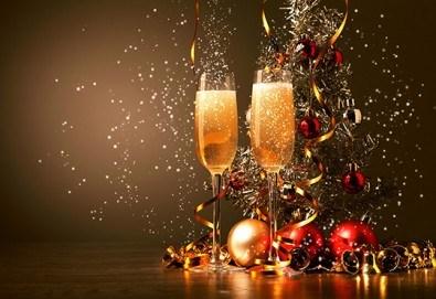 Посрещнете Нова година с веселба и танци в центъра на Банско! Богато меню със салата, предястие, основно ястия, напитки и жива музика! - Снимка