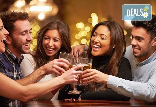 Посрещнете Нова година с веселба и танци в центъра на Банско! Богато меню със салата, предястие, основно ястия, напитки и жива музика! - Снимка 2