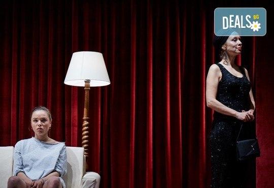 """Гледайте Станка Калчева и Силвия Лулчева в """"Като трохи на прозореца"""" на 18.11. от 19 ч. в Младежки театър, камерна сцена, 1 билет - Снимка 8"""