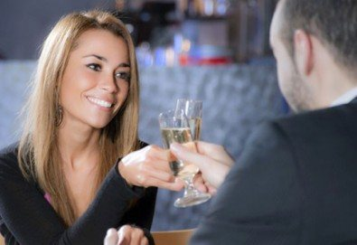 Апетитно предложение! Панирани топени сиренца със сладко от боровинки и 2 чаши бяло чино в Royal Place Shisha Bar! - Снимка