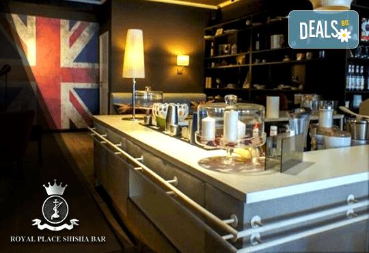 Апетитно предложение! Панирани топени сиренца със сладко от боровинки и 2 чаши бяло чино в Royal Place Shisha Bar! - Снимка 7