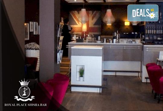 Апетитно предложение! Панирани топени сиренца със сладко от боровинки и 2 чаши бяло чино в Royal Place Shisha Bar! - Снимка 4