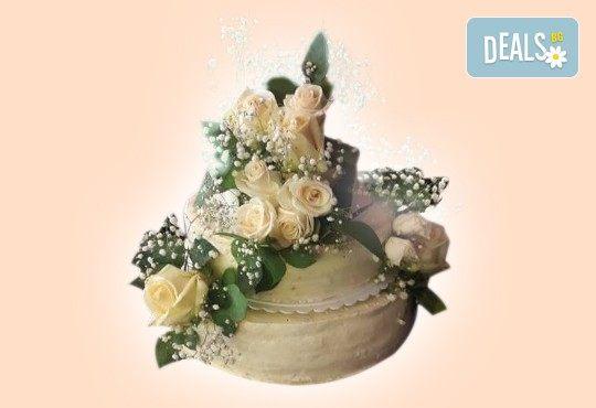 За Вашата сватба! Красива сватбена торта, декорирана с истински цветя, предоставени от младоженците и изпълнена от Сладкарница Джорджо Джани! - Снимка 3