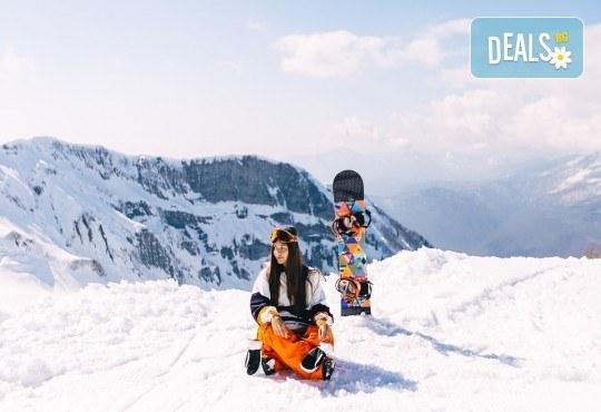На ски в Боровец! Еднодневен наем на ски или сноуборд оборудване за възрастен или дете от Ски училище Hunters! - Снимка 1